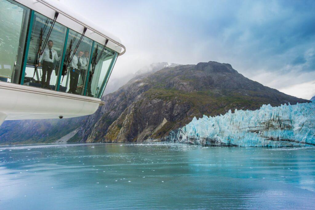 スター・プリンセスのブリッジ。マージェリー氷河をバック(中央がキャプテン・ツーヴォ)